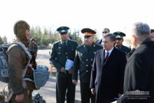 PRESIDENT GOT ACQUAINTED WITH THE OUTFIT OF MILITARY SERVICEMEN