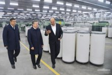 Shavkat Mirziyoyev becomes acquainted with activities of the modern spinning enterprise