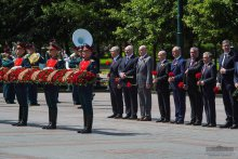 Shavkat Mirziyoyev lays a wreath at the Tomb of the Unknown Soldier