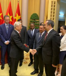 UZBEKISTAN'S AMBASSADOR PRESENTS CREDENTIALS TO PRESIDENT OF VIETNAM